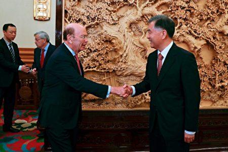 汪洋在北京会晤到访的美国商务部长罗斯,笑容满面。(ANDY WONG/AFP/Getty Images)