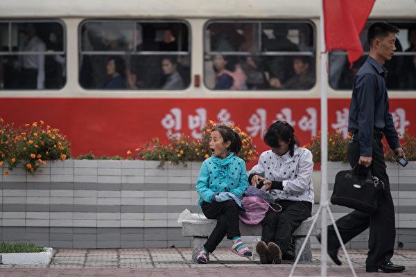 數十年來,金氏統治者也一直在編造宣傳和謊言欺騙朝鮮人民,還利用西方兒童卡通片對該國兒童進行洗腦,灌輸戰爭情緒。(ED JONES/AFP/Getty Images)