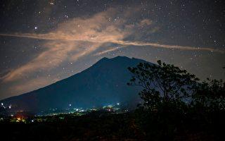 印度尼西亞巴厘島阿貢火山近日活動異常頻繁,可能隨時可能爆發。圖為9月27日的阿貢火山。(BAY ISMOYO/AFP/Getty Images)
