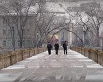 就在全世界憤怒譴責朝鮮發射導彈飛越日本之際,在中朝邊境圖們市,中共官員仍在宣揚對朝鮮投資。圖為連接中朝的圖們江大橋。( PETER PARKS/AFP/Getty Images)