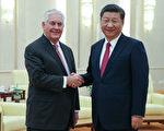 美国国务卿蒂勒森周六(9月30日)在北京与中国国家主席习近平及中共其他领导人进行了高层会谈,议题主要涉及中美贸易问题、朝鲜问题及川普(特朗普)访华的准备事宜。(Lintao Zhang/Pool/Getty Images)