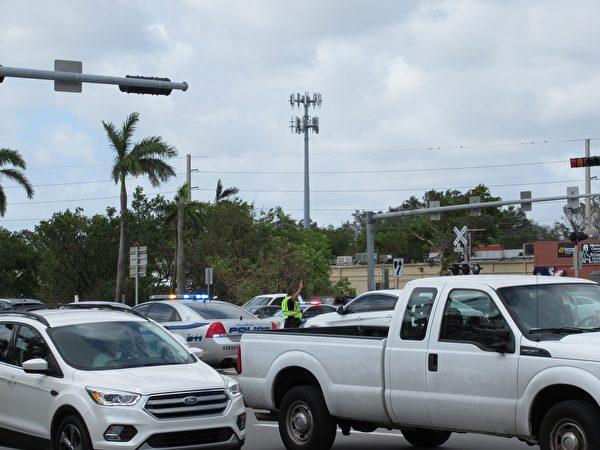 交通路口信号灯熄灭,造成堵塞,需要警察维持次序(李明杰/大纪元)