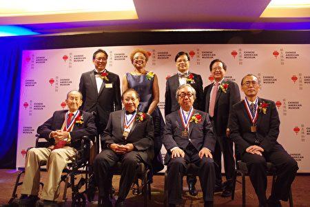 华美博物馆第21届历史缔造奖获奖者,前排左起:关荣熙先生,周锡昂医学博士,朱裕民先生,Nissan公司代表Koryo Han。(姜琳达/大纪元)