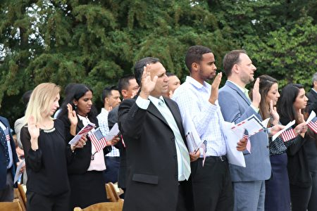 星期一中午,在美国国家植物园草坪上,伴随着亲友们的祝福,25位来自新西兰﹑印度﹑墨西哥等国家的新移民宣誓入籍。(亦平/大纪元)