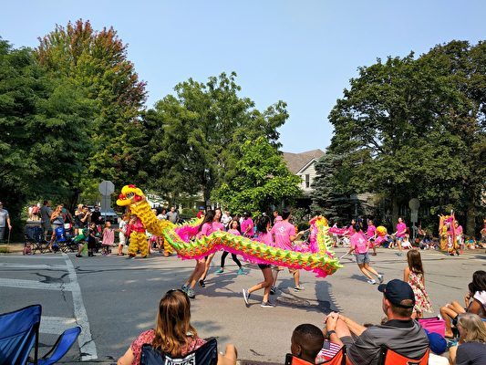 芝加哥青年文化志工團隊伍中的舞龍。(唐明鏡/大紀元)