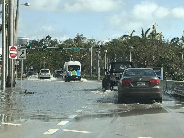 迈阿密市的道路上还有积水 。 (艾莉/大纪元)