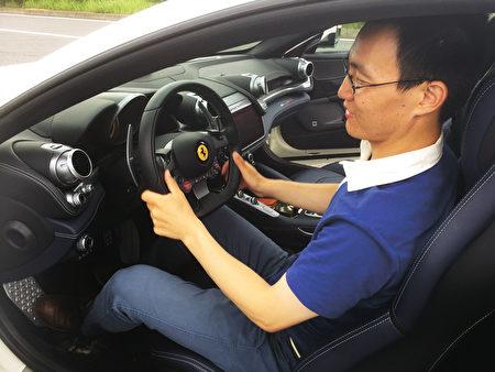 法拉利GTC4Lusso跑車實際駕駛體驗。(光哲/大紀元)