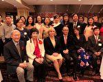 圖:競選餐會上現任副州長Kim Guadagno(前排左三)與部分華人合影。(作者提供)