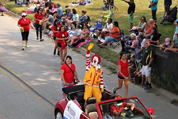 麦当劳叔叔也来参加游行。(王松林/大纪元)