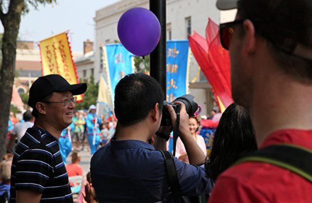 华人民众观看游行。(王松林/大纪元)