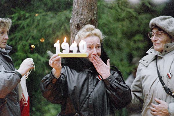 1940年4月至5月间,在斯大林领导的苏共批准下,苏联秘密警察在卡廷森林等地对包括战俘在内的波兰民众进行了一场大屠杀,遇害人数在2万以上。图为1989年的纪念场面。(WOJTEK DRUSZCZ/AFP/Getty Images)