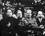 毛泽东(右二)与斯大林(左三)在1949年12月莫斯科举办的斯大林71岁庆生会上。(维基百科公共领域)