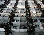 大陆近日数据显示,应届毕业生离职率偏高,学者分析是中共体制所致。图为大陆一地区毕业季的招聘现场。(Photo by China Photos/Getty Images)