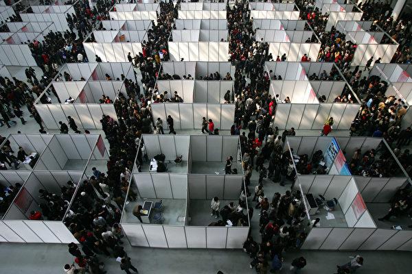 大陸近日數據顯示,應屆畢業生離職率偏高,學者分析是中共體制所致。圖為大陸一地區畢業季的招聘現場。(Photo by China Photos/Getty Images)