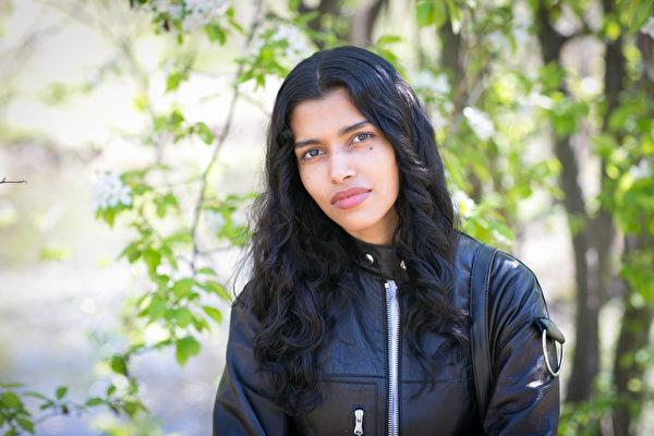 印度裔超模普�Z・莫��(Pooja Mor)於�~�s中央公�@。(Samira Bouaou/Epoch Times)