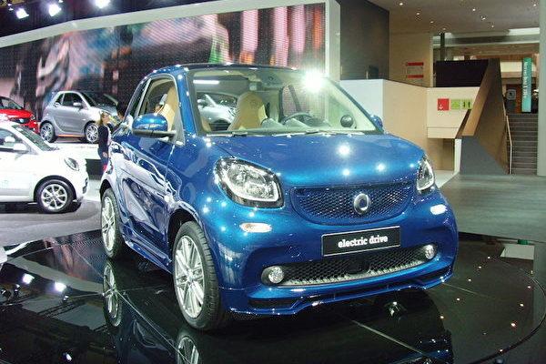2017年法蘭克福國際車展IAA上的奔馳smart electric drive。(穆華/大紀元)