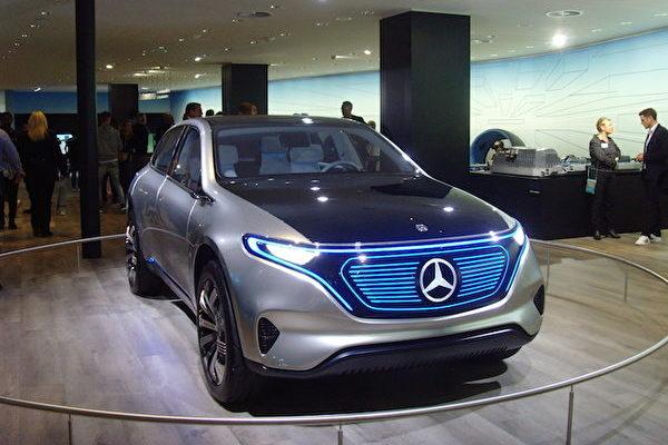 2017年法蘭克福國際車展IAA上的奔馳EQ概念車。(穆華/大紀元)
