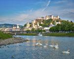 位於修道士山巔上的白色城堡(Festung Höhensalzburg)(薩爾茨堡旅遊局提供)