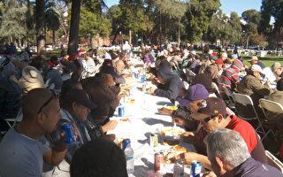 南加游民区爆发甲肝疫情。图为帕莎迪纳中央公园为游民举办的圣诞慈善餐活动。(大纪元资料照)