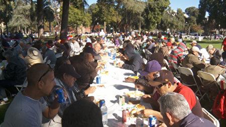 南加遊民區爆發甲肝疫情。圖為帕莎迪納中央公園為遊民舉辦的聖誕慈善餐活動。(大紀元資料照)