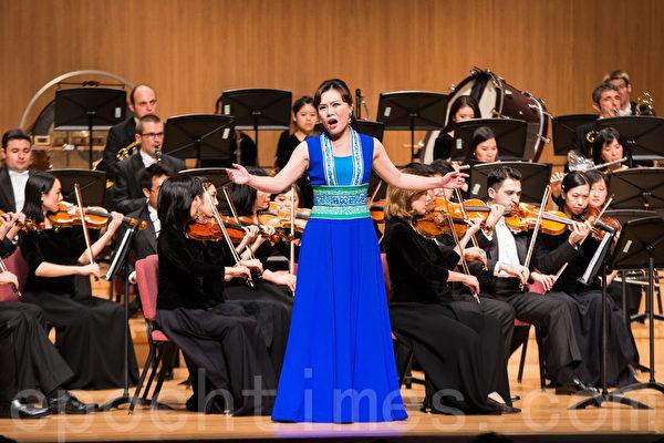 神韵交响乐团2016年巡演时到访台湾,受到热烈欢迎。图为女高音歌唱家耿皓蓝在演唱。