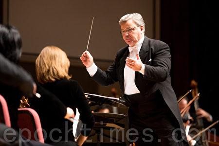 2016年10月3日,指揮米蘭·納切夫(圖)帶領神韻交響樂團在台北中山堂演出。(大紀元資料照)