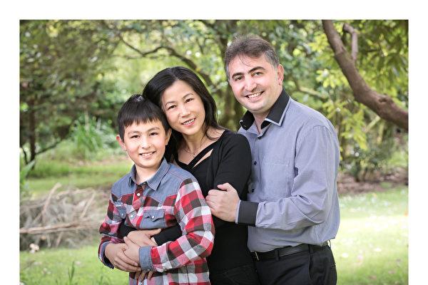 工黨Botany選區的參選人Tofik Madedov有一位華人太太。這是他的全家福。(本人提供)