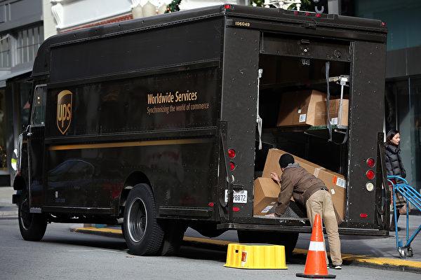 UPS貨車司機遵循不向左轉的政策,以期降低燃料成本。(Justin Sullivan/Getty Images)