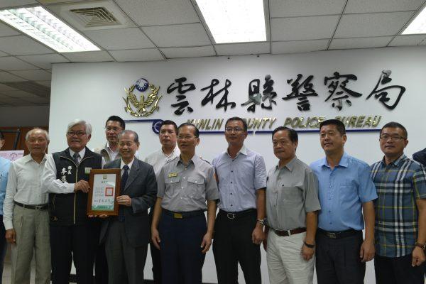 李县长颁发感谢状,感谢台塑公司共同守护县民安全。(云林县府提供)