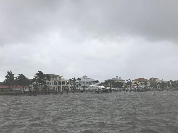 飓风过后清水湾沿海的别墅( 周子定/大纪元)