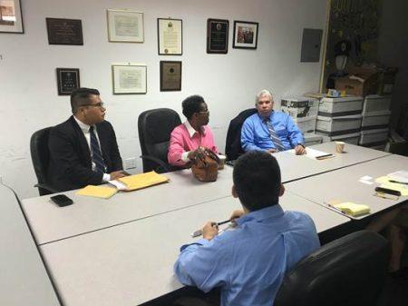 市议员顾雅明25日与纽约市小商业局紧急反应小组、法律援助处的社区发展小组等机构,为受损的商家提供了免费的法律咨询服务。