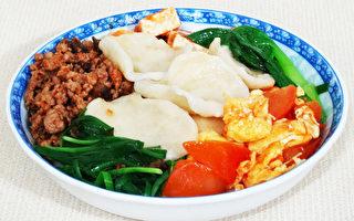 香辣彈牙的翠峰飥飥是陝西關中的特色麵食,用手捏拉成的麵片。(攝影:彩霞/大紀元)