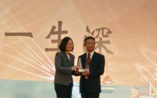 元培醫事科技大學校長林志城獲師鐸獎由總統蔡英文分頒獎 。(元培醫事科技大學提供)