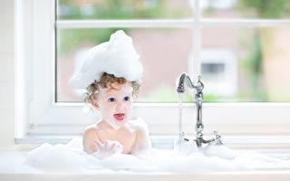 可爱的小宝宝在洗澡。(shutterstock)