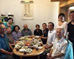 鲍彤(左七),与老人聚餐。(聚餐人士提供)