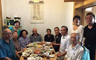 鮑彤(左七),與老人聚餐。(聚餐人士提供)