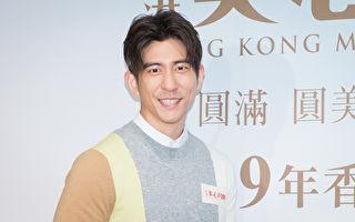 修杰楷13日担任一日店长学作广式月饼。(陈柏州/大纪元)