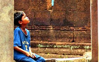 示意图:男孩孤苦伶仃,无依无靠,却一心行善。(pixabay)