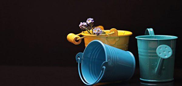 同样是水桶,里面装的东西不同,人对它的看法不同。(Pixabay)