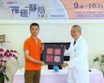 方彥人(左)將其作品送給羅東聖母醫院, 由院長徐會棋(右)代表接受。(羅東聖母醫院提供)