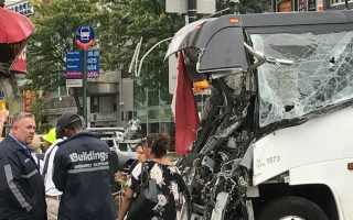 Dahlia旅遊大巴車頭被撞得面目皆非。 (林丹/大紀元)