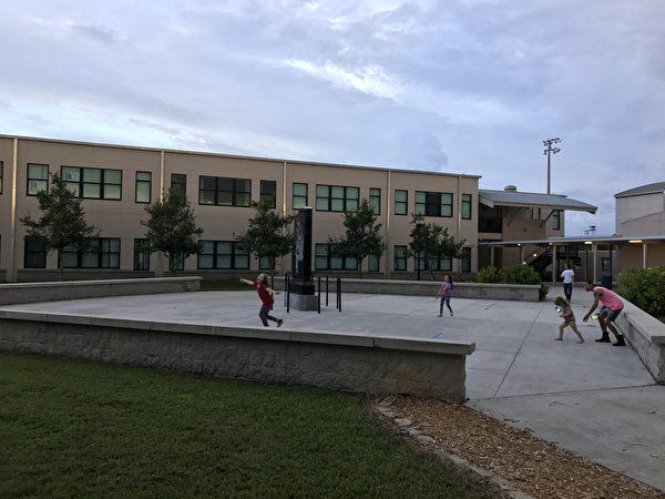 但尼丁高中內正在玩耍的孩子。(周子定/大紀元)