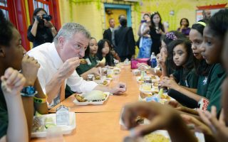由联邦资助,纽约市所有公校学校从今天起将获得免费午餐。 (Susan Watts-Pool/Getty Images)