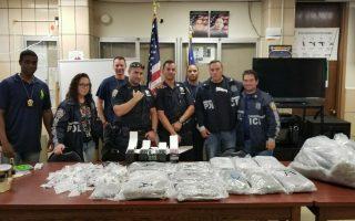 109分局与皇后区缉毒小组在法拉盛146街一公寓的华人住所内缴获25磅大麻。 (林丹/大纪元)