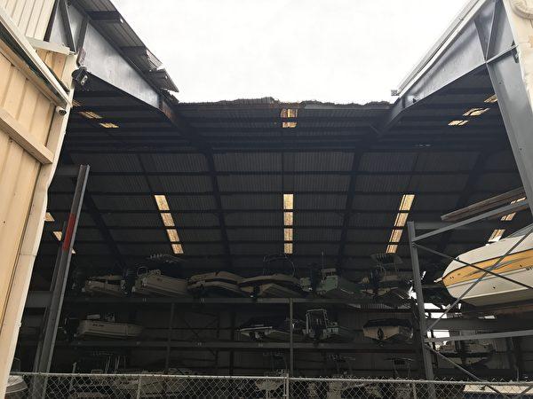 清水湾地区存放游艇的仓库被飓风吹开了顶棚( 周子定/大纪元)