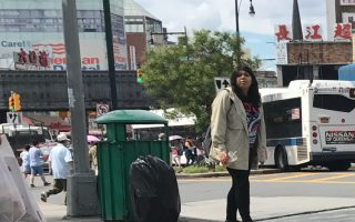 顧雅明和商改區表示,在增加了清潔工以後,應該可以保持法拉盛中心區白天的街道清潔。 (林丹/大紀元)