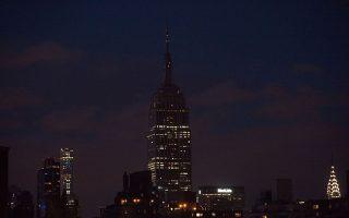 帝國大廈在週二(12日)夜晚熄燈。 (Bryan R. Smith/AFP/Getty Images)