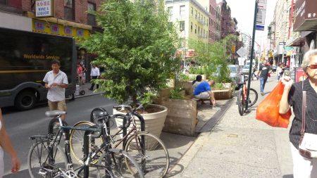 交通局临时性在勿街安置了不少大花盆和单车锁车柱,并开辟一个木质长椅休憩区。