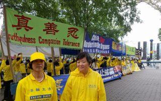 法輪大法學員在聯合國前廣場和平請願,薛久玉(右側)分享了她的經歷。 (張謙/大紀元)
