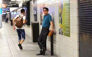 就在剛整修完的布碌崙53街地鐵站,新增了一個帶來爭議的可倚靠欄杆。 (安心/大紀元)